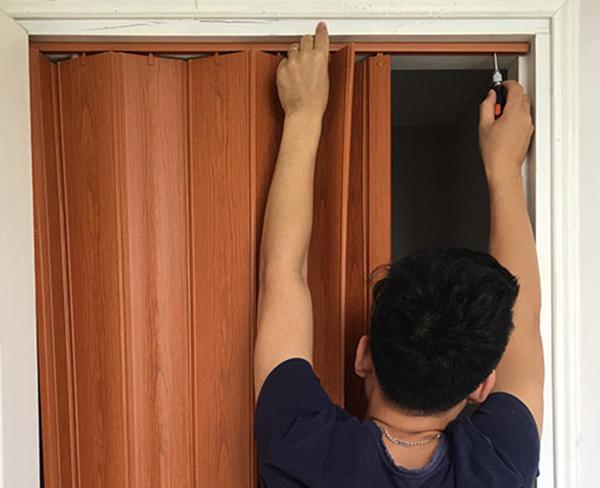 hướng dẫn cách lắp cửa xếp nhựa nhà vệ sinh