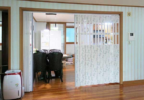 mẫu vách ngăn nhựa xếp phòng khách và phòng ăn, nhà bếp