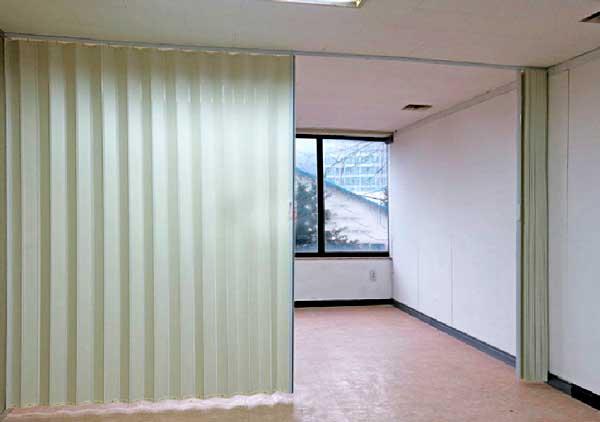 mẫu vách ngăn nhựa xếp phòng khách và phòng ngủ