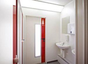 nên dùng loại cửa nào cho nhà vệ sinh