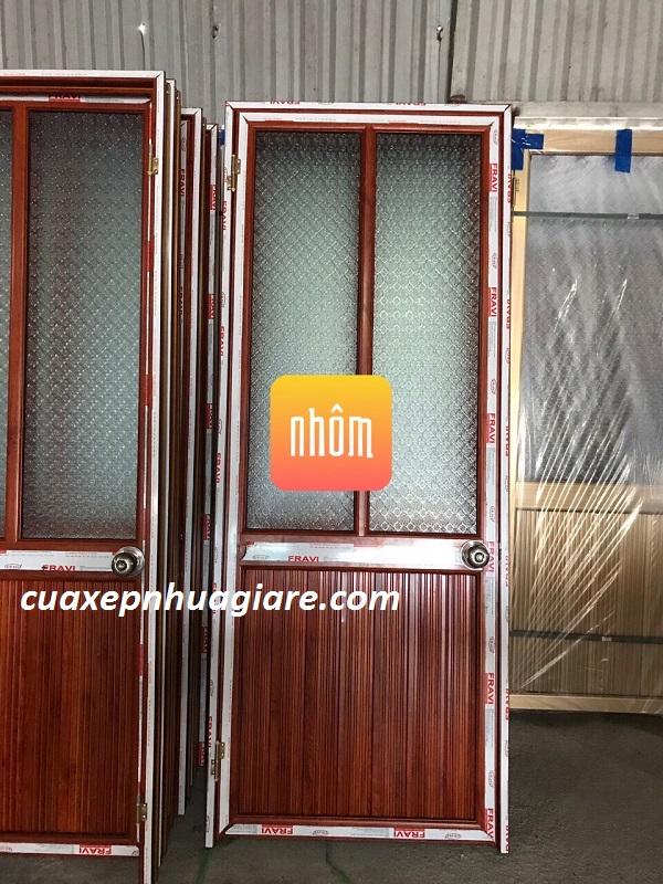 mẫu cửa nhôm kính giá rẻ mầu vân gỗ