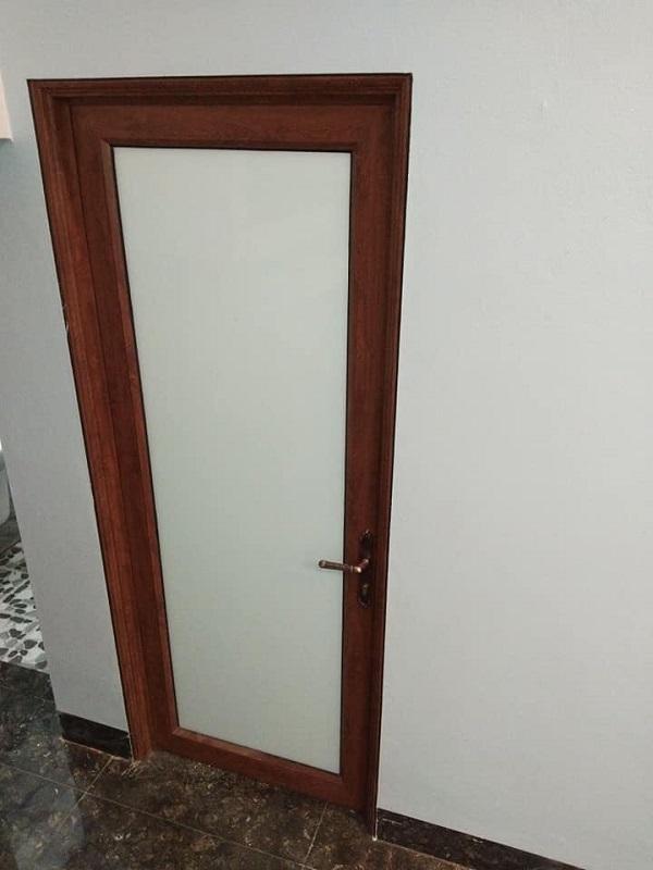 cửa nhôm kính xingfa mầu vân gỗ cho cửa nhà vệ sinh