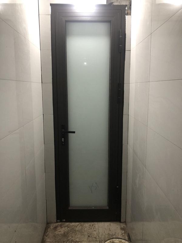 cửa nhôm kính xingfa 1 cánh cửa phòng vệ sinh