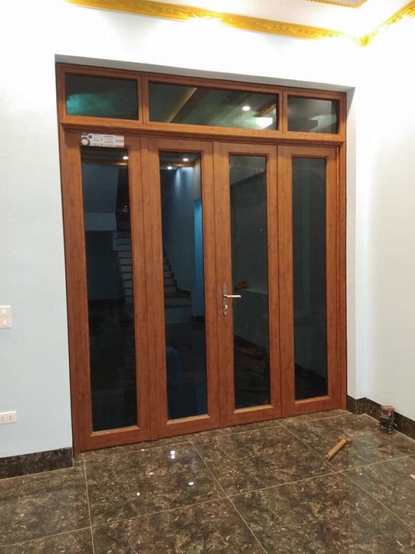 mẫu cửa nhôm xingfa màu vân gỗ 4 cánh cửa đi chính