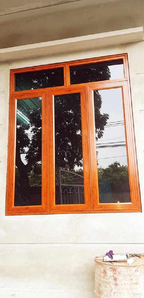 mẫu cửa sổ nhôm kính xingfa 3 cánh màu vân gỗ