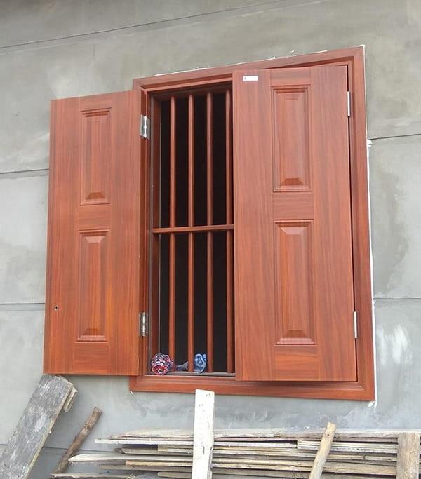 mẫu cửa thép vân gỗ 2 cánh cho cửa sổ