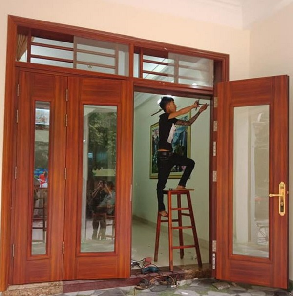 mẫu cửa thép vân gỗ 4 cánh